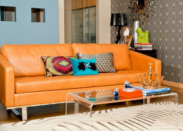 moderner couchtisch aus acrylglas wohnzimmer sofa orange durchsichtig bücher