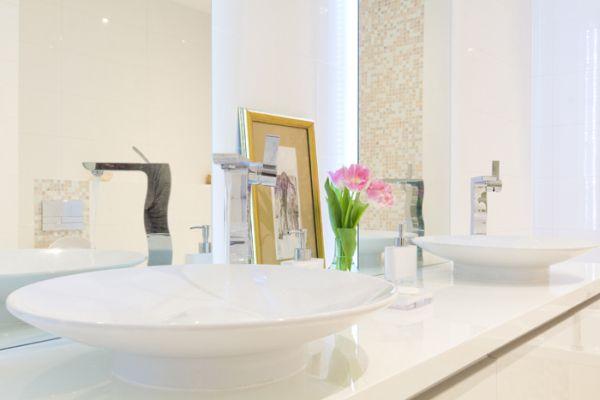 modernes apartment mit lebendiger farbpalette nicola katrib bad