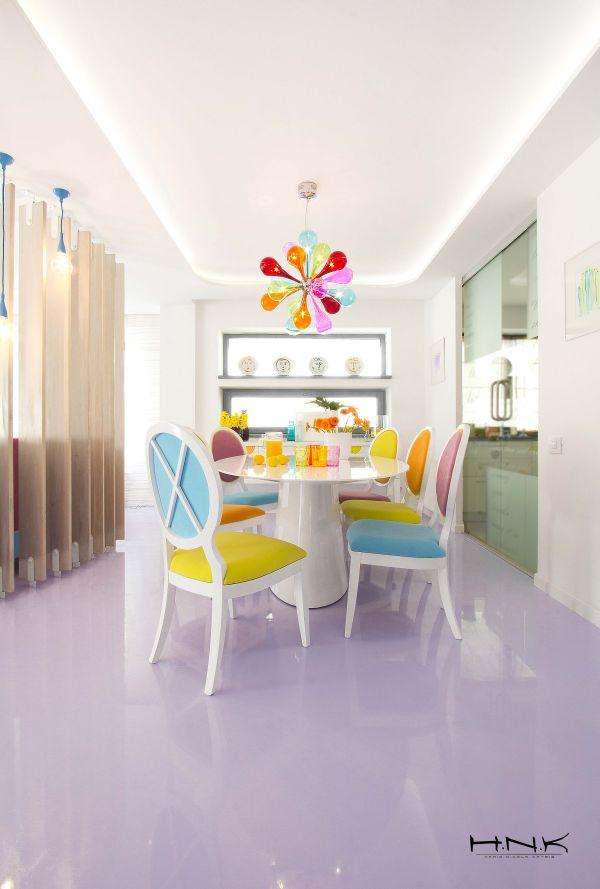 modernes apartment mit lebendiger farbpalette nicola katrib esstisch stühle