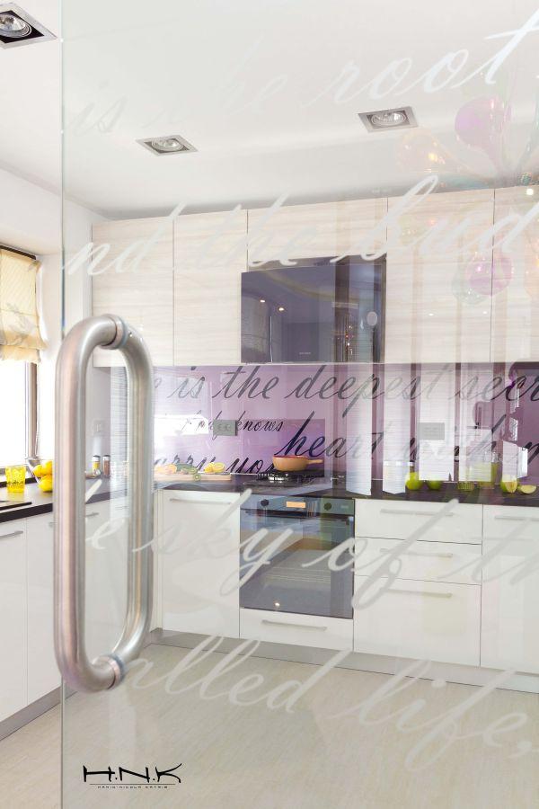 modernes apartment mit lebendiger farbpalette nicola katrib küche