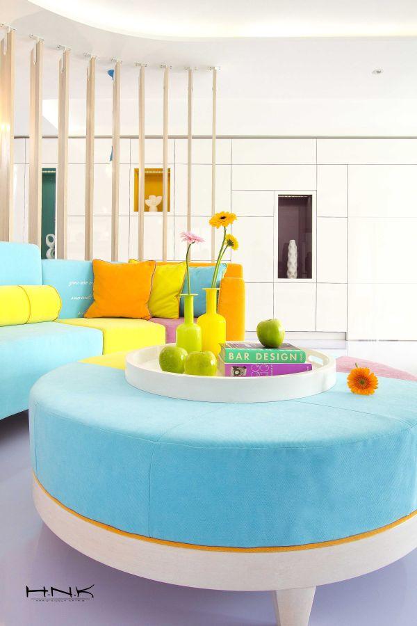 modernes apartment mit lebendiger farbpalette nicola katrib wohnzimmer sofa