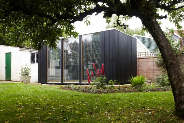 Kubus gartenhaus dient als hausbibliothek - Gartenhaus mit fenster ...