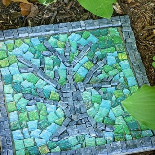 mosaik im garten baum motiv grünblau