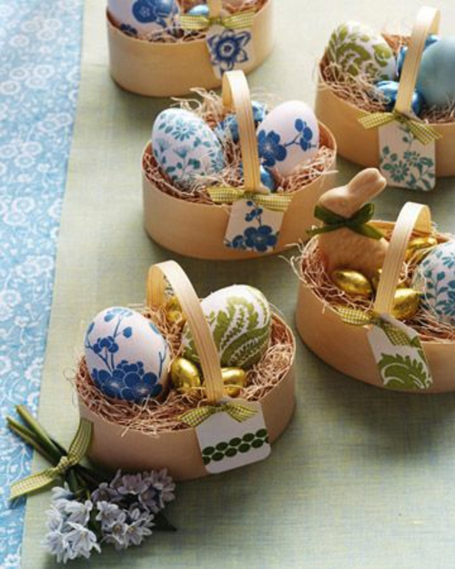 bunt bemalt eier grün blau osterhasen