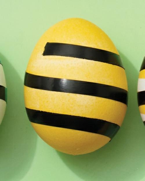 originell ostereier gestalten muster streifen gelbe farbe