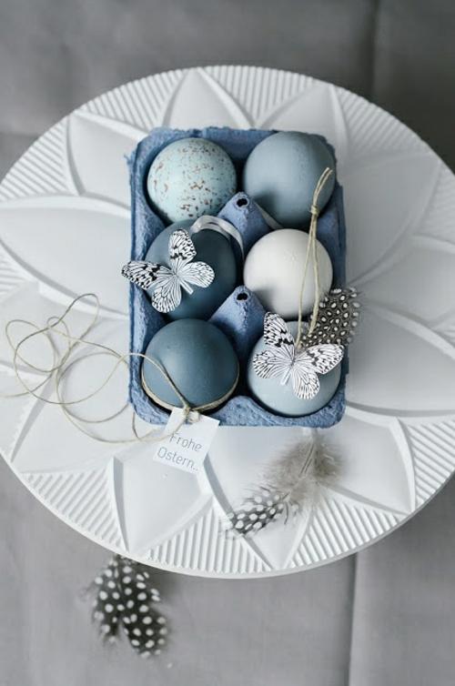 osterdekoration blaue eier papierschmetterlinge
