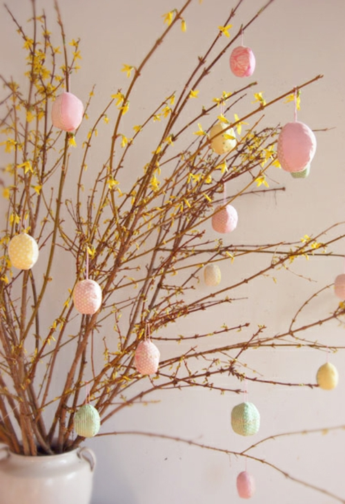 originelle osterdekoration frühlingszweige gelbe blüten
