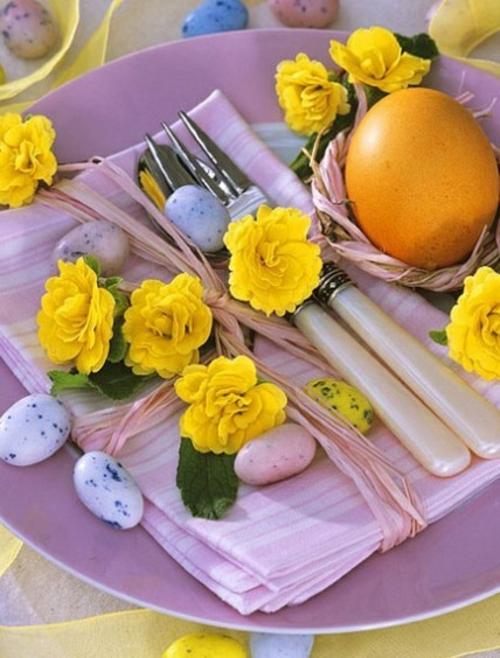 originelle osterdekoration marmortechnik eier gelbe blüten