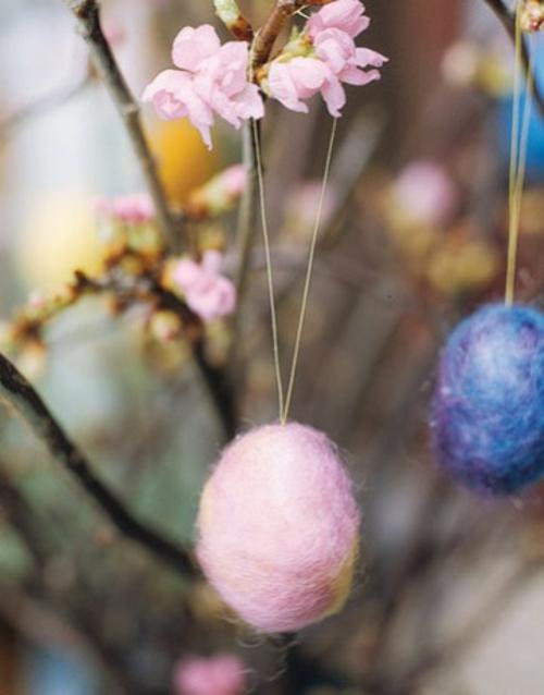originelle osterdekoration pfirsigblüten wolleier