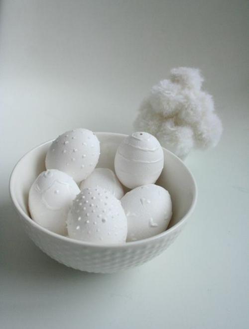 osterdekoration weiße ostereier schale