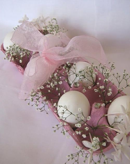 osterdekoration zart weiße eier rosa schleife