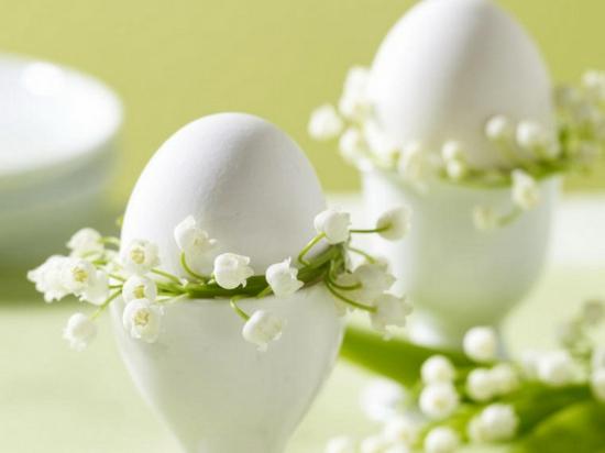 osterdeko ideen ostereier grün frühlingsblumen maiglöckchen