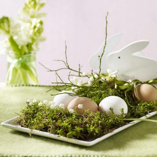 osterdeko ideen ostereier grün frühlingsblumen moos osterhase