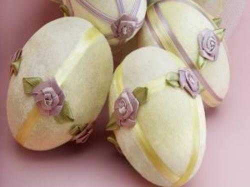 ostereier dekorieren gelb lila blumen