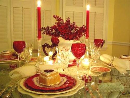romantische ideen zum valentinstag tischdeko geschirr rot kerzen nachtisch