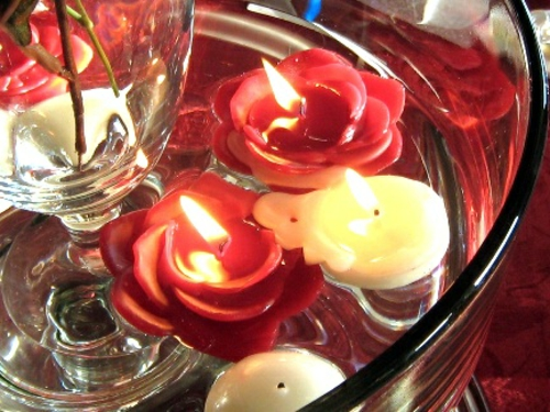 romantische ideen zum valentinstag tischdeko kerzen als rosen rot
