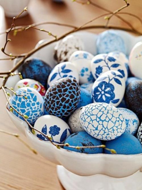 schöne Ostereier frühling blumen muster blau weiß