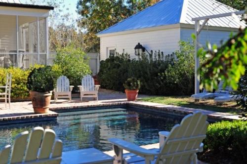 schwimmbad sitzplätze sonnig garten blumentopf