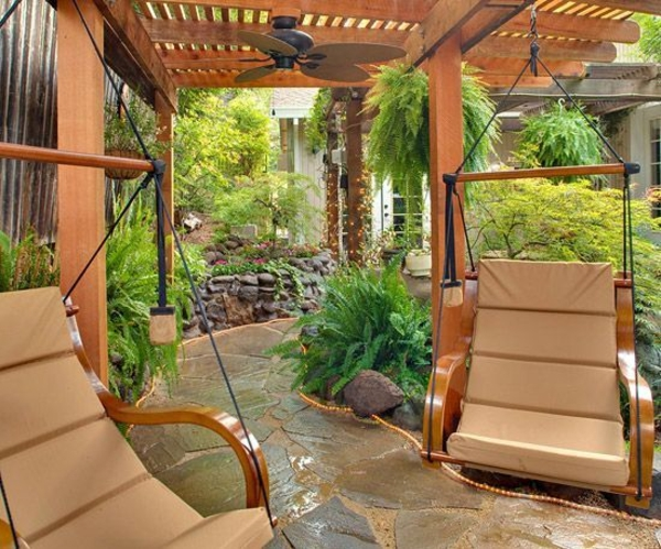 terrassengestaltung gartensessel steinpflaster kieselsteine