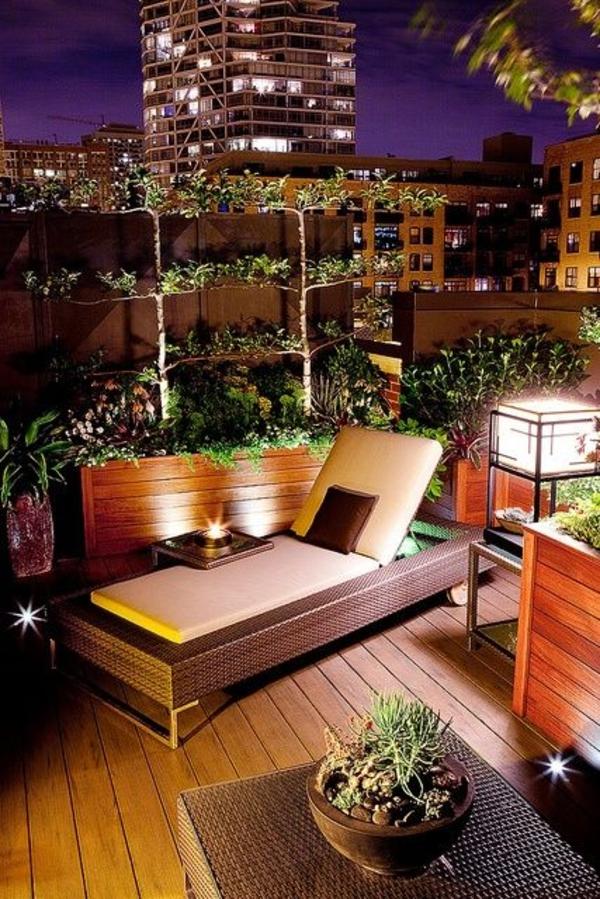 Terrassengestaltungsideen Holzmöbel Liege Kletterpflanzen