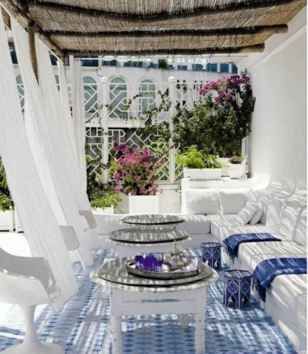 terrassengestaltung rattandecke weiße gartenmöbel