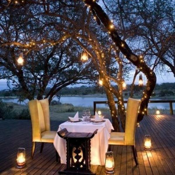 terrassengestaltung romantische beleuchtung holzbelag