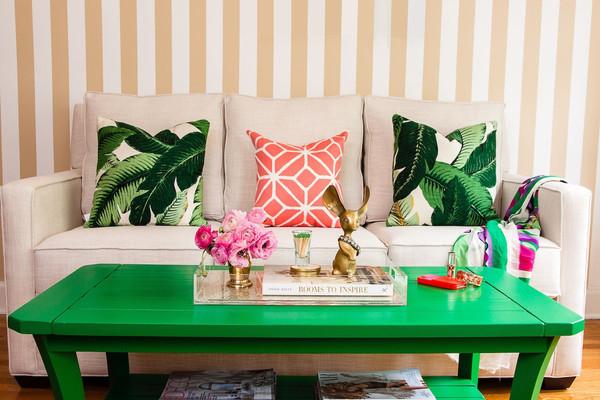 wohnideen grün wohnzimmer couchtisch grün dkokissen palmwedel muster