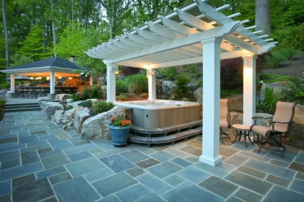 design überdachung  Badewanne im Garten sichtschutz