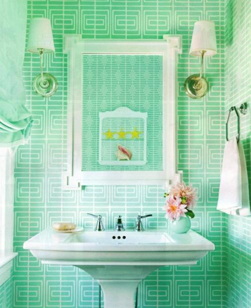 frisch grün Badezimmer und Badezimmerfliesen