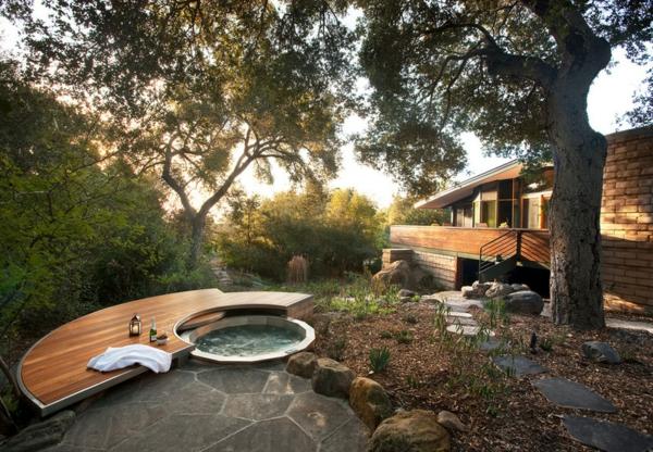 Badewanne im Garten eingebaut sommerhaus baum fußweg