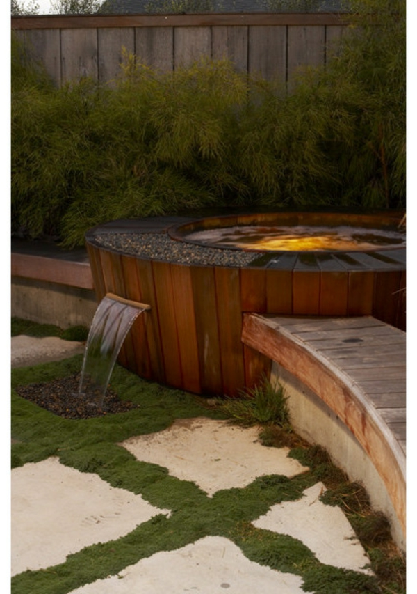 holz konstruktion wasserfall  Badewanne im Garten