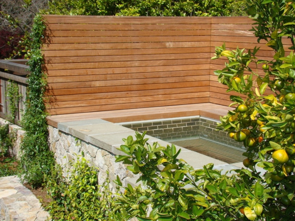sichtschutz holz zitronen  Badewanne im Garten holz