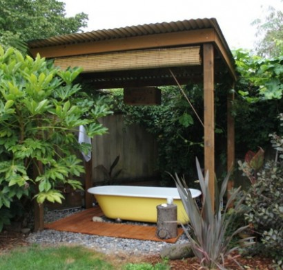 Entspannende badewanne im garten genie en - Badewanne outdoor garten ...