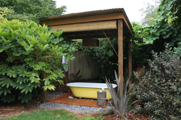 Badewanne im Garten metall gelb bemalt pflanzen