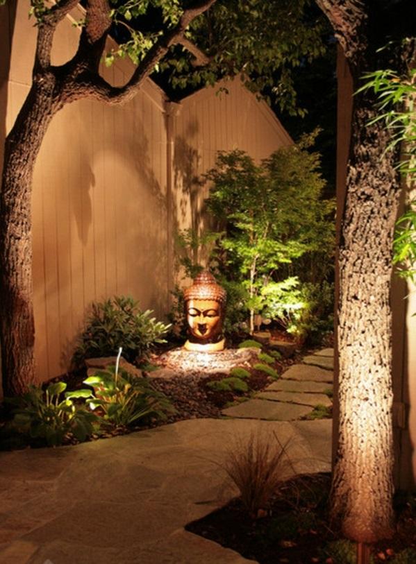 Buddha Figuren im Garten grüne umgebung beleuchtung