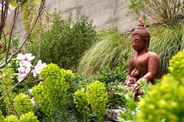 Buddha Figuren im Garten grüne umgebung frisch pflanzen