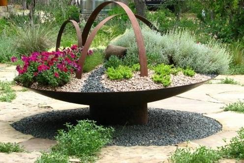 Gartengestaltung metall konstruktion mit Kies groß blumenbeet korb