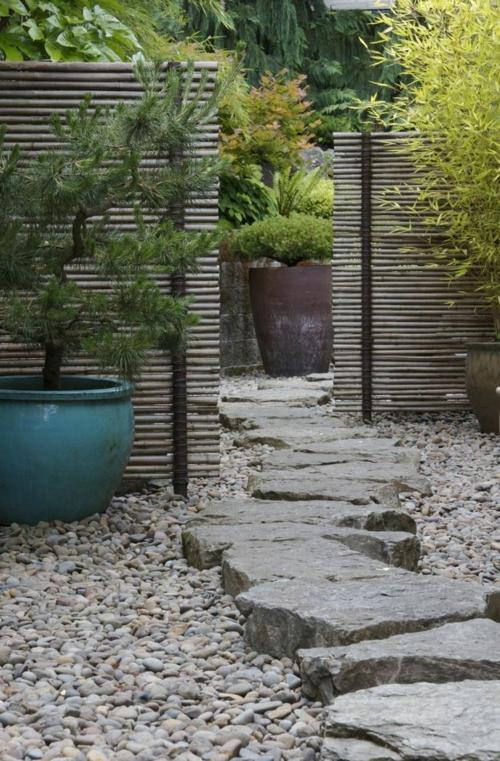 Gartengestaltung massive steine mit Kies schatten