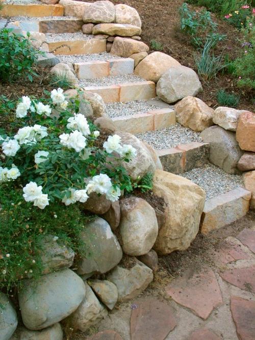 robust stabil treppe Gartengestaltung mit Kiesel trittstufen
