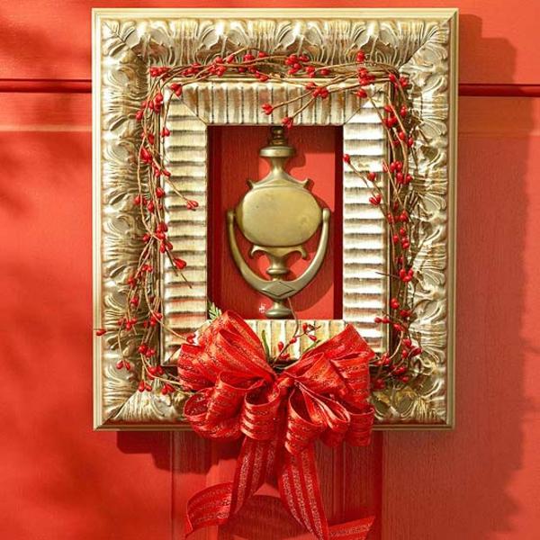 Haustür-Weihnachtskranz-rote-Schleife-Beeren-Fotorahmen-Türklopf