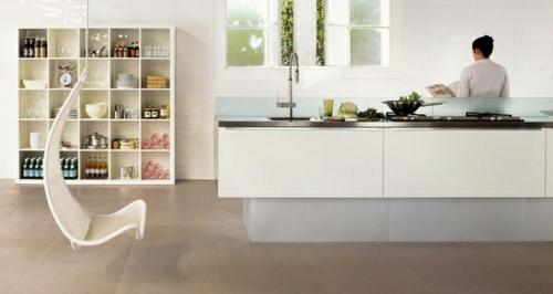 Küchenrückwand einbauen dezent weiß glatt minimalistisch