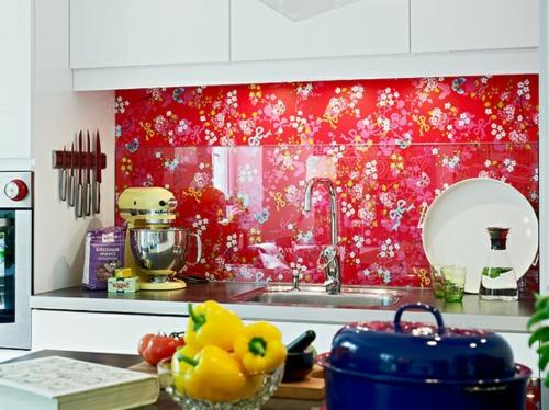 Küchenrückwand einbauen rot glanzvoll bunt blumenmuster