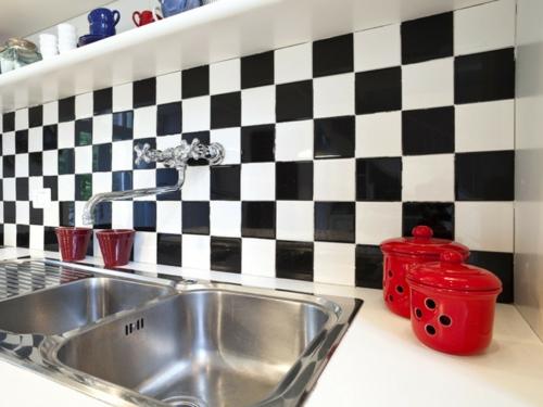 Küchenrückwand einbauen schwarz weiß spülen doppel