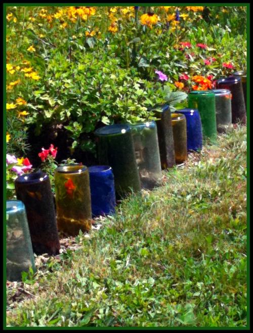flaschen glas bunt Selbstgemacht Gartendeko DIY gartengestaltung frühling