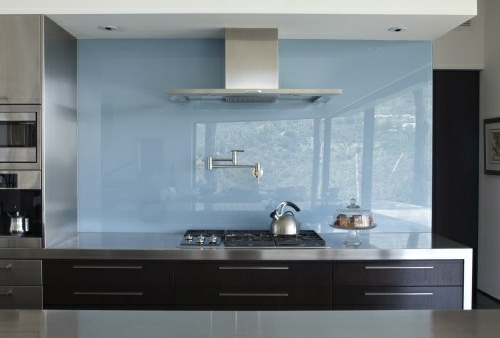 Wohnideen Küche Glasrückwand glanzvoll farben leuchtend blau hell