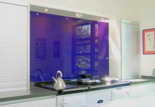 Glasrückwand glanzvoll farben leuchtend dunkel lila
