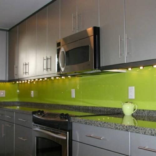 küchenrückwand glas glanzvoll farben leuchtend grün
