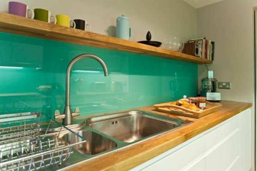 Glasrückwand küchen  glanzvoll farben leuchtend mintgrün