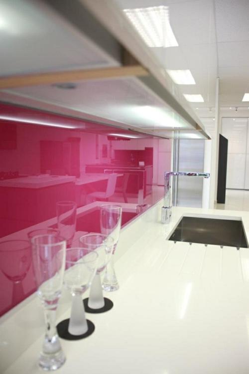 glanzvoll farben Küche Glasrückwand  leuchtend rosarot