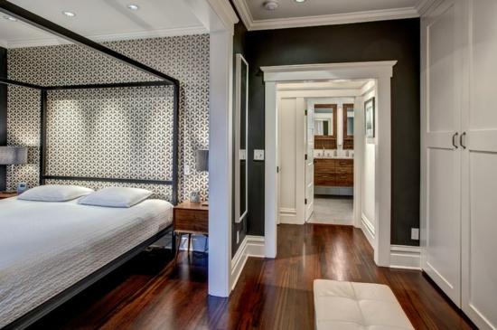 altes haus renovieren projekt schlafzimmer bett holzboden schwarz weiß